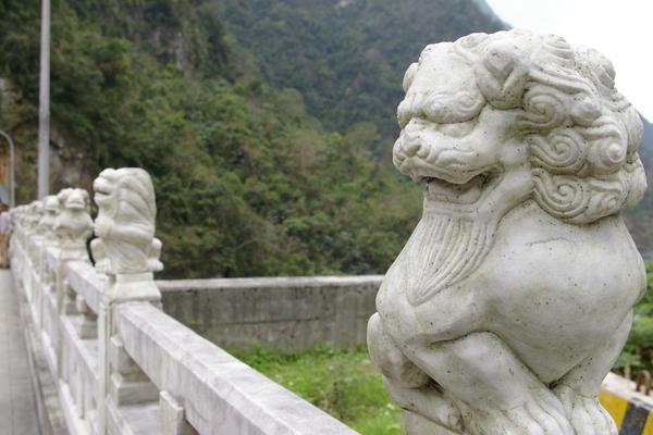 橋上有一排不同動作的石獅子