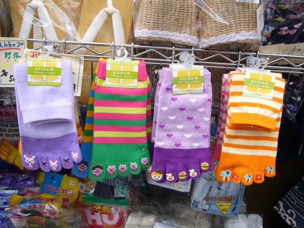可愛的五指襪~買了兩雙當禮物