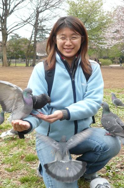 寶寶餵鴿子