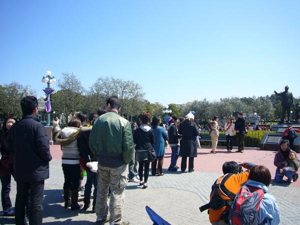 排隊跟迪士尼牽米奇銅像拍照