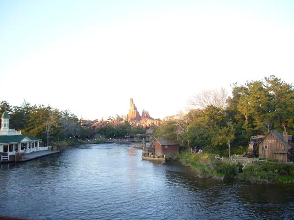 旁邊的河景