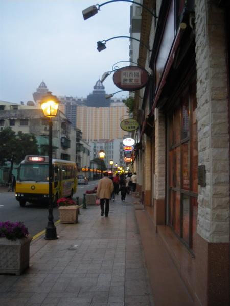 這條路走到底一點。有一間便利商店,有賣超好吃的冬粉泡麵哦