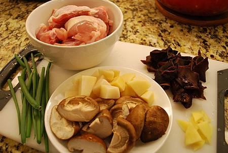 紅燒菇菇雞 Braised Chicken w/ Bamboo and Mushroom