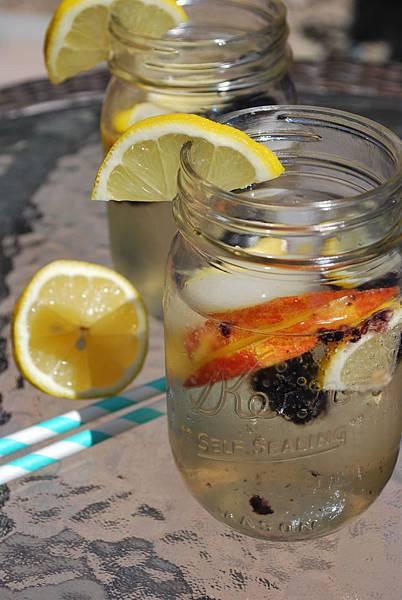 西班牙風味蜜桃黑莓夏日雞尾酒 Peach Blackberry White Sangria