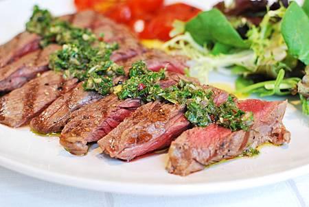 舌尖上的阿根廷:烤牛排佐阿根廷青醬 Grilled Steak w/ Chimichurri Sauce