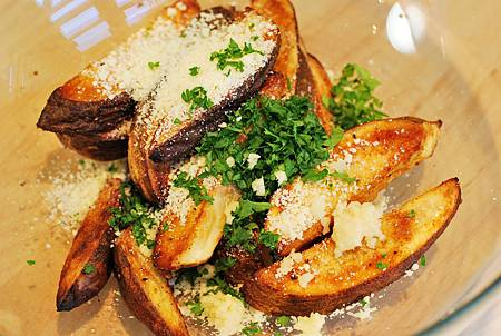 烤箱版蒜味起司薯角 Baked Garlic & Parmesan Potato Wedges