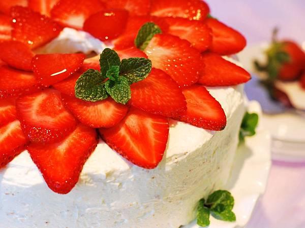 情人專屬的甜蜜:草莓戚風蛋糕 Strawberry Chiffon Cake