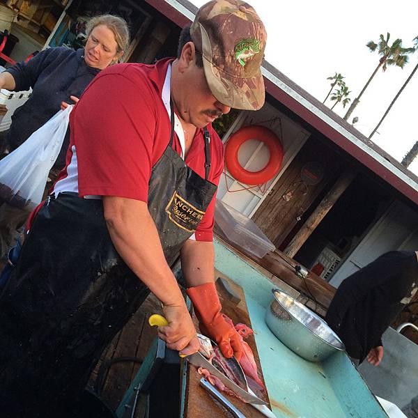 直接跟漁夫買!熱絡百年的新港灘漁市場 Dory Fishing Fleet Market