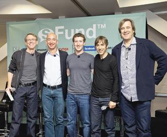 Facebook、亞馬遜、Zynga和風險投資公司KPCB 4大公司宣布合資成立sFund基金,左起是KPCB合夥人杜爾、亞馬遜創辦人貝佐斯、Facebook創辦人查克柏格、Zynga執行長平克斯、KPCB另一合夥人戈登。路透.jpg