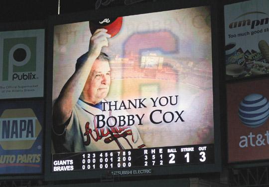 再見了,巴比‧考克斯。勇士隊主場大螢幕也向這位退休老教頭致敬。美聯社.jpg