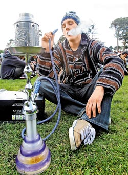 如果說大麻有害,那煙酒呢?大麻和煙酒已成為美國社會的「必要之惡」,在露天音樂會上、大學校園和宿舍、公園、酒吧、私人派對和街角,都可聞到大麻(見圖,美聯社)。.jpg