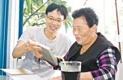 母子情深 ▲作家張輝誠(左)與母親林葉29日一同出席《我的心肝阿母》簽書會,兩人在現場互動密切感情非常好。(張鎧乙攝).jpg