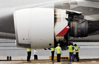 澳洲航空A380客機引擎4日空中爆炸,迫降新加坡機場後,技師檢查受損的引擎。路透.jpg