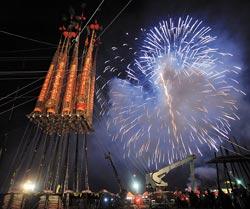 節慶台灣大有看頭頭城搶孤是知名的觀光節慶(上圖),搶孤活動前施放炫目的燄火,照遍了烏石港的夜空,也吸引了成千上萬的遊客。(本報資料照片 李忠一、季志翔攝).jpg