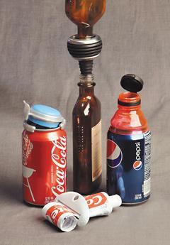 沃爾瑪等零售商紛紛推出協助消費者避免浪費的省錢產品,如擠牙膏器和鎖住氣泡的汽水罐蓋等,以迎合顧客節約度日的需求。(美聯社).jpg
