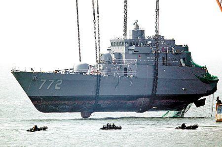 南韓海軍的「天安艦」在北韓海域外的白翎島西南,遭受不明魚雷擊沉(美聯社).jpg