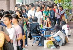 K書保位戰在台灣補習風氣盛行的年代,就連報名補習班都要排隊畫位,形成台灣另類的教育奇景。還有人將組合座椅帶到現場,邊休息聊天邊等候。(本報資料照片 王錦河攝).jpg
