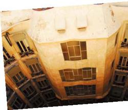 來自世界各國的遊客在烈陽下奔走在這個城市中,只為了一睹高第的驚世之作,以及體驗「巴塞隆納」的西班牙風情。(攝影/Max Lin).jpg