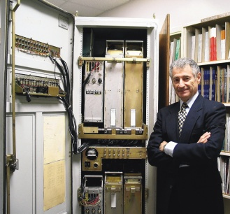 一九六九年十月廿九日,美國加州大學電腦科學家克萊洛克團隊,成功地讓該校電腦和六百多公里外的另一部電腦開始「對話」,開啟網路時代。圖為克萊洛克與大如電話亭的第一部路由器。 法新社.bmp