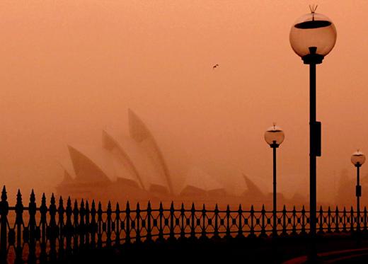 沙塵暴23日橫掃澳洲雪梨,當地時間早上6時15分,地標雪梨歌劇院籠罩在橘色沙塵中。.bmp