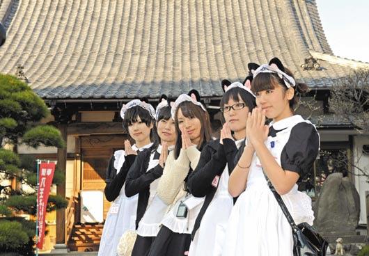 位於日本東京近郊八王子市的了法寺,周末在廟旁搭起臨時「女僕咖啡廳」吸引信徒。為了法寺內女僕咖啡廳的美少女,21日合掌向信徒打招呼。(法新社).bmp