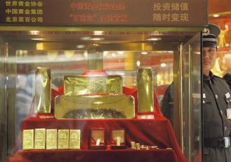 避險基金業的相繼擁抱,已讓黃金成為當今的投資主流。圖為北京最大的一家銀樓內,展示金條的櫃子旁邊站著一位警衛。路透.bmp