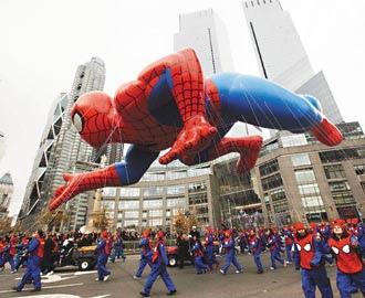 年度梅西感恩節大遊行26日再度登場,在紐約的哥倫布圓環,一個蜘蛛人氣球飄浮於半空中,等待遊行展開。.bmp