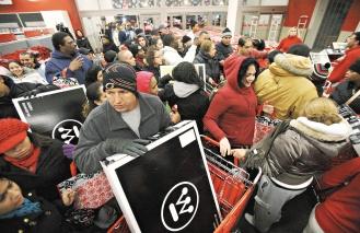 「黑色星期五」通常是美國假期購物季生意最旺的一天,芝加哥的Target連鎖門市裡,民眾三更半夜瘋狂搶購電視。路透.jpg
