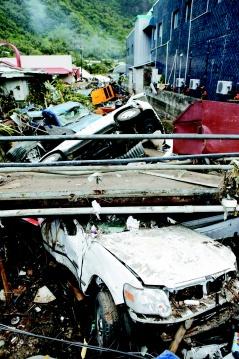 強烈地震引發的海嘯在薩摩亞群島帶來嚴重災情,圖為美屬薩摩亞首府巴哥巴哥的排水溝裡,疊著幾部汽車的殘骸。路透.jpg