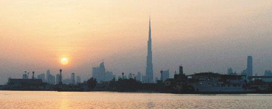 杜拜25日爆發債務危機,全球擔憂經濟復甦腳步恐遭拖累。杜拜28日的日出在鏡頭下竟給人黯淡無光的印象,宛如杜拜前景。法新社.jpg