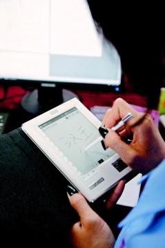 電子書日益風行,北京漢王科技公司的工人正在組裝電子書閱覽器,美國雜誌業者也積極搶攻網路市場。 歐新社(非報系).bmp