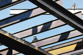 受金融海嘯影響,美國今年房市不振,使得第一線的建築工人遭受重大衝擊,今年就業人口至少流失24萬人。美聯社.jpg