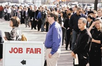 經濟不景氣中,美國加州的就業博覽會大排長龍,排隊申請工作的人只希望,如分析師所預測,明年會更好。美聯社.jpg