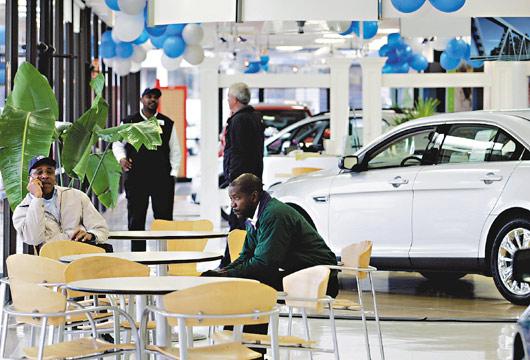 美國汽車經銷商面臨26年來最嚴酷的寒冬,不是倒閉就是苦撐,促使業者將美輪美奐的新車展示廳改頭換面,搖身變為商店、學校、餐廳或瑜伽教室。彭博資訊.jpg