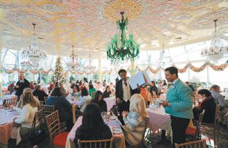紐約知名餐廳「綠地客棧」不敵景氣,將於明年元旦歇業,圖為29日餐廳門庭若市的熱鬧景象,顧客趕來回味其高雅裝潢與美食。(法新社).bmp