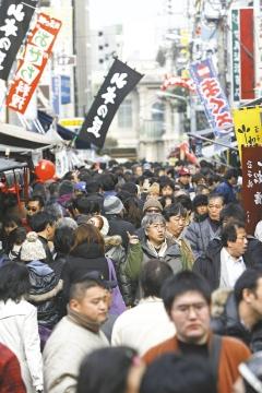 日本築地魚市擠滿採購年貨的人潮,熱鬧非凡。鳩山內閣30日公布一份10年經濟成長政策,目標是讓年平均經濟實質成長率超過2%,並誓言增加476萬個工作機會。(歐新社).bmp