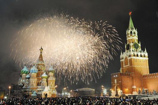 莫斯科:莫斯科為了迎接新年,12萬俄國人聚集在莫斯科的紅場倒數,跨年煙火在空中綻放出耀眼的光芒,與旁邊的克里姆林宮(左)和聖巴西爾大教堂(右)相輝映。(法新社).bmp