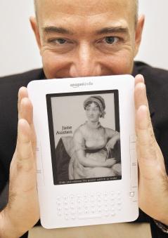 電子書Kindle銷路愈來愈廣,讓亞馬遜執行長貝佐斯眉開眼笑。美聯社.bmp