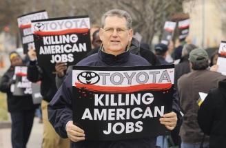 因召回700多萬輛汽車而陷入愁雲慘霧的日本豐田汽車正打算關閉在美國加州的車廠,此舉可能導致約5萬人失業。反對豐田關廠的人士28日在華府的日本大使館外抗議,標語上寫著「豐田扼殺美國人的工作機會」。(歐洲圖片新聞社).bmp
