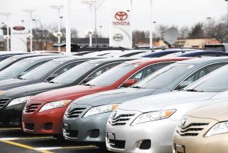 伊利諾州一處經銷商停車場上的2010年式Camry,是豐田日前宣布暫時停產停售的八種車款之一。歐新社.bmp