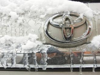 豐田汽車召回事件越演越烈,穩座日本最暢銷油電車八個月之久的新款Prius也傳出將召回檢修,豐田飽受重創的品牌形象仍持續探底。圖為籠罩在北美暴風雪中的豐田汽車標誌。路透.bmp
