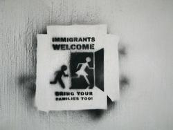 並不是所有人都像這張芬蘭第三大城坦佩雷(Tampere)的街頭標示所說的,對移民抱持歡迎的態度。(攝影/katutaide).bmp