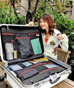 鴨子主持行腳節目,收拾行李都以棋盤格方式收納。(李開明攝).bmp