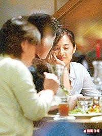 高伊玲(右)和男友在「kiki老媽」餐廳共享甜蜜晚餐,並肩依偎。.jpg