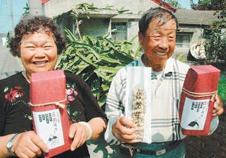 雲林農民吳啟魯一生種花生,兒子以父母樂天知命故事,包裝行銷「喜笑花生」,後天在誠品書局上架。.bmp