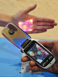 以微機電技術與雷射做為微投影技術的核心,讓投影機體積縮到最小,同時提高投影品質。(攝影/許育愷).bmp