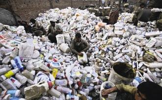 亞洲塑膠業成長快速,對環境造成的衝擊也愈來愈大。圖為巴基斯坦首都伊斯蘭馬巴德郊區的一處塑膠回收場,等待回收的塑膠製品堆積如山。(美聯社).bmp