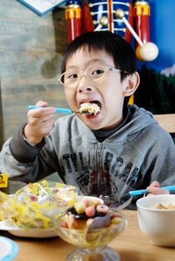 兒童咖哩蛋包飯全餐(單點150元、全餐180元),小份的蛋包飯、小章魚熱狗、洋蔥圈、花枝球、薯條、果凍,還附送1個布丁。.jpg