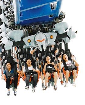 新加坡環球影城主題公園中全球最高的雙軌雲霄飛車,18日吸引一波波年輕人登車挑戰勇氣。美聯社.jpg