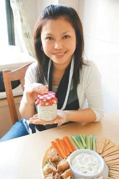 薛珍珍製作美籍夫婿家鄉的傳統料理「菠菜沾醬」。.bmp